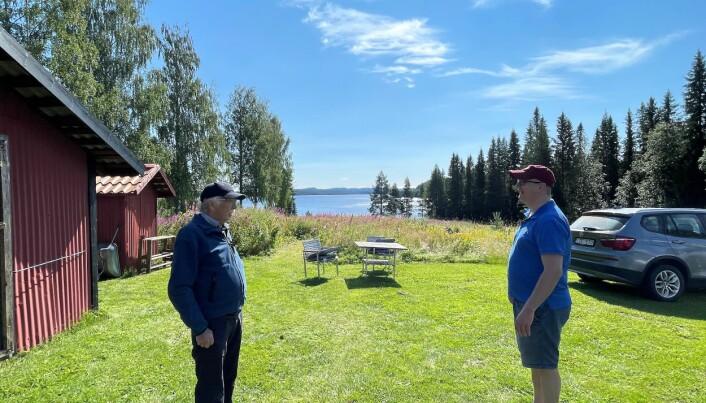 Göran Nordkvist och Tomas Persson är närboende till det planerade täktområdet. De vill att fler ska kunna njuta av Norrlands unika natur. Deras stora oror är att Stor-skirsjön, som glittrar i bakgrunden, och det vattensystem den ingår i, riskerar att förorenas om en bergtäkt verkar här i 20 år.