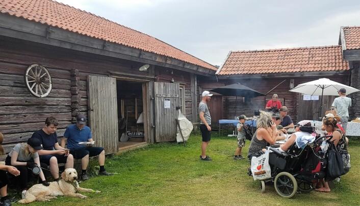 Det var många som tog en paus och njöt på vackra gården Pålletorpet under marknaden.