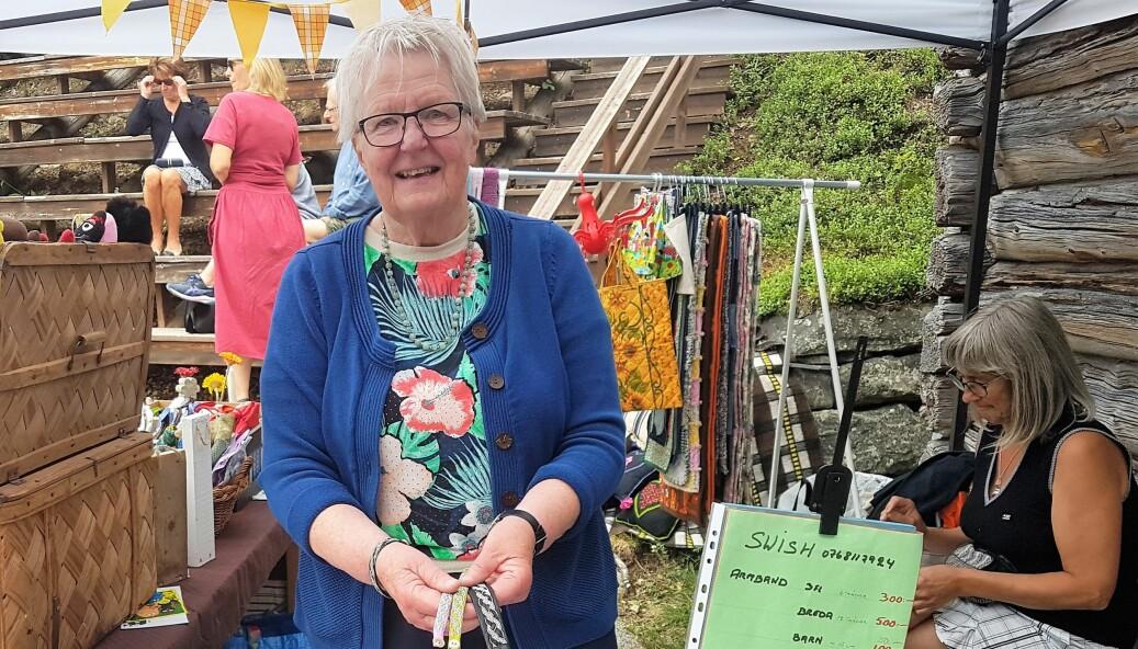 Ann-Mari Bergström med sina egentillverkade tenntrådsarmband.
