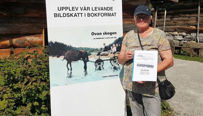 Här visar Barbro Källmark, Härjedalens Fornminnesförening, stolt upp sin bok om gamla släktgården i Ljusnedal.