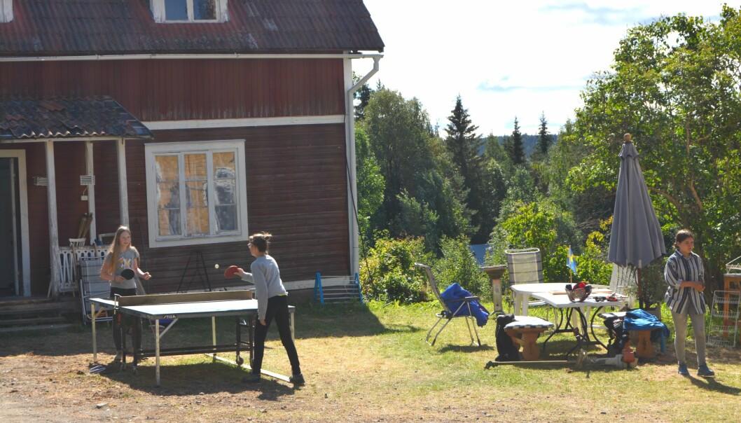 Adina och Nelly har energi till en bordtennismatch mellan allt arbete.