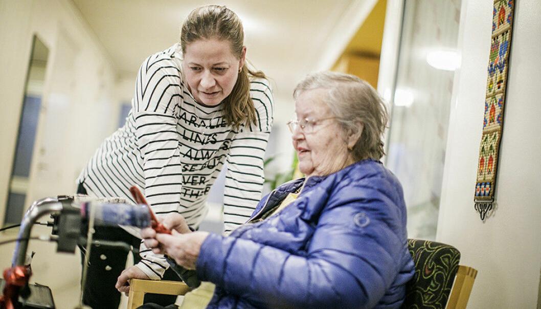 Mobila trygghetslarm gör att de äldre kan vara utomhus och mer aktiva, samtidigt som de är trygga med att kunna larma hemtjänsten om något skulle hända. Foto: Åre kommun