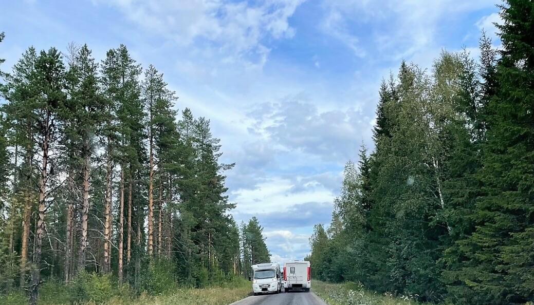Här kolliderar husbilarna efter den smala grusväg som Trafikverket öppnat som omledningsväg när man under helgen stängt av E45 vid Strömsundsbron.