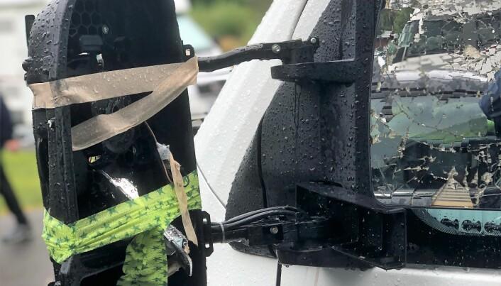 Spegeln är totalkvaddad och föraren av den andra bilen smet.