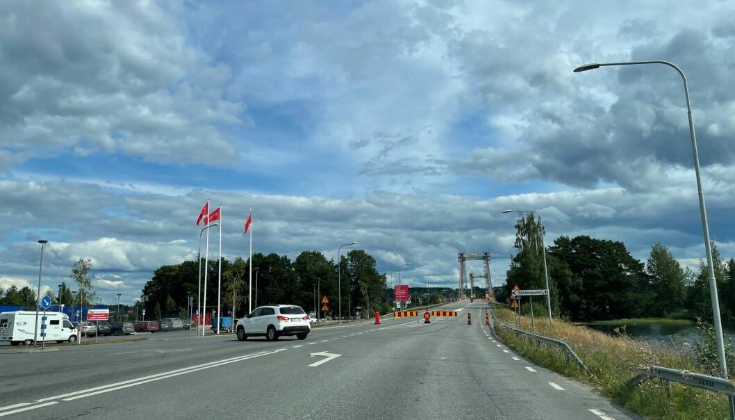 Här vänder en bil vid broavstängningen i Strömsund. Det var en av många förare som missat skyltarna om att E45 vid bron över Vattudalen var stängd i helgen.