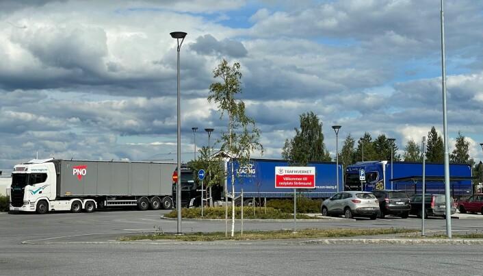 Rastplatsen vid brofästet i Strömsund var tidvis fyllt med lastbilar och fordon som passade på att ta en rast när de insåg att bron var stängd.
