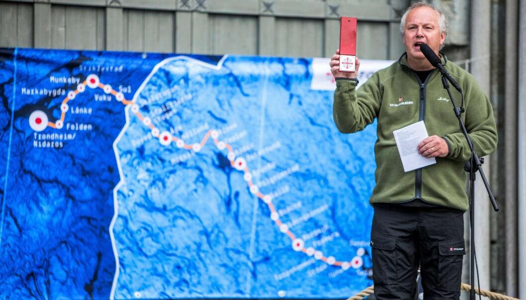 Projektledaren Putte Eby vid Nidarosdomen i Trondheim, med S:t Olavsledens sträckning bakom sig.