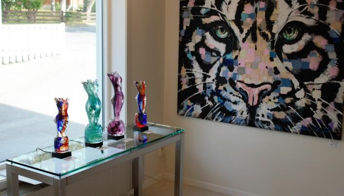 Även glasskulpturer visas på utställningen.