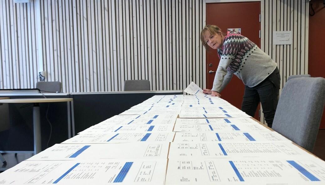 Ett helt långbord uppdukat med Bonniers-fakturor för drygt 1,2 miljoner kronor! Här blir de granskade av JT:s lokalredaktör för Krokom.