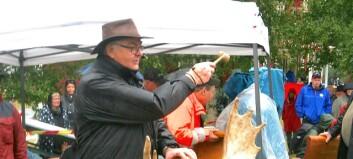 Trots regnet – klassisk gårdsauktion i Fugelsta drog många besökare