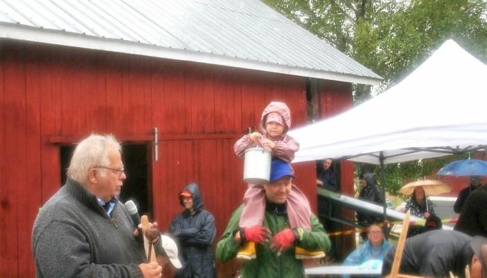 Milla Zwahlén, på pappa Martins axlar, hjälper Per Bergvall genom att visa upp föremålen som ska auktioneras bort.