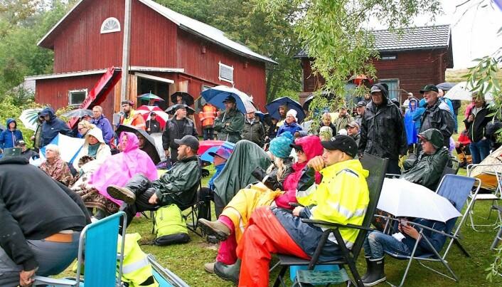 Regn och blåst hindrade inte att folk strömmade till.