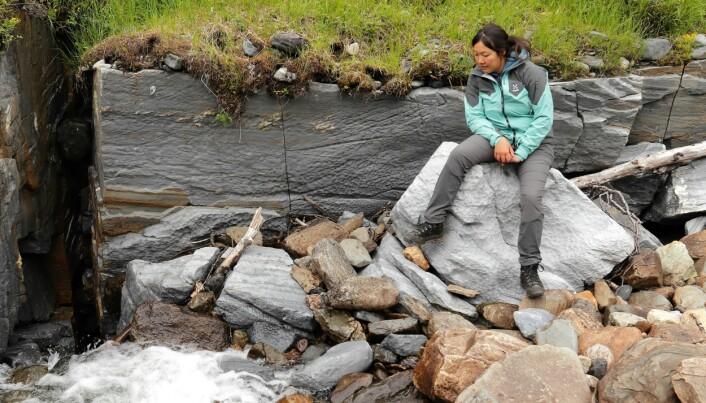 Grottutforskaren Linn Ståhl vid övre Bjurälvsgrottan. Här försvinner Bjurälven ner under jord. Hur tar den sig fram? Hur ser det ut under jord? Det vill grottutforskarna från Sveriges Speleologförbund ta reda på för att kunna göra kartor över området. Foto: Ola Löfquist