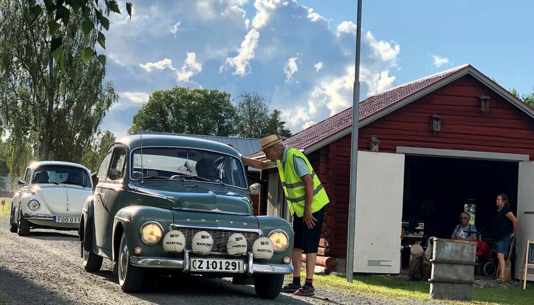 Mats Jacobsson visar veteranbilarna till parkeringsplatserna.