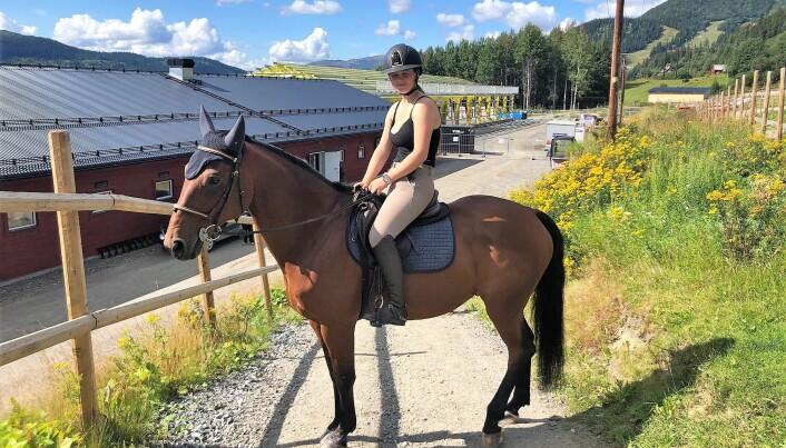 Kristina Lundmark Bakken på hästen Winchester är en av föreningens tävlingsryttare som tävlar på nationell nivå.