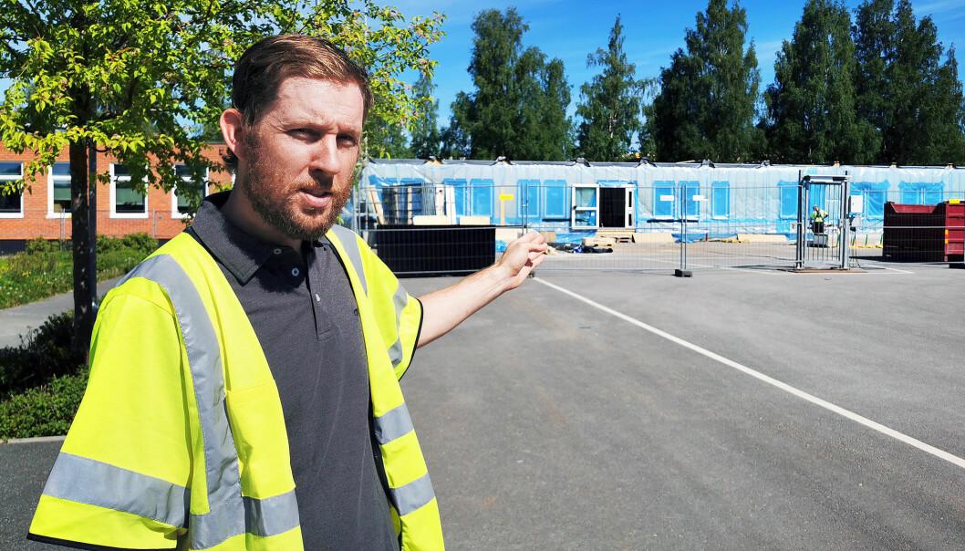 Olle Napreeff, Fastighet på Östersunds kommun är övergripande projektledare och säger att skolan kan öppna till skolstarten. På bilden visar han modulerna som används till bygget. Foto: Trampolin PR