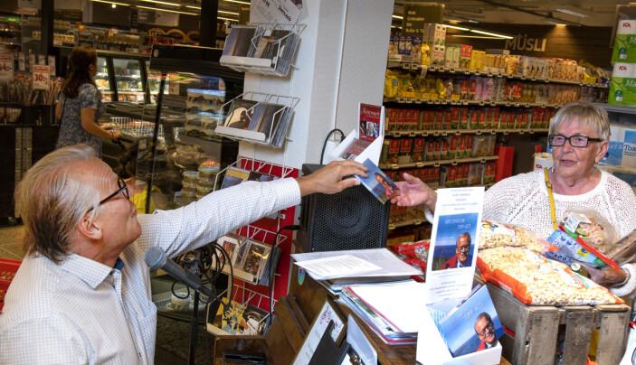Kurt räcker glatt över en av sina nya skivor till en tidigare medarbetare i butiken, Emma Hansson från Hammarstrand.