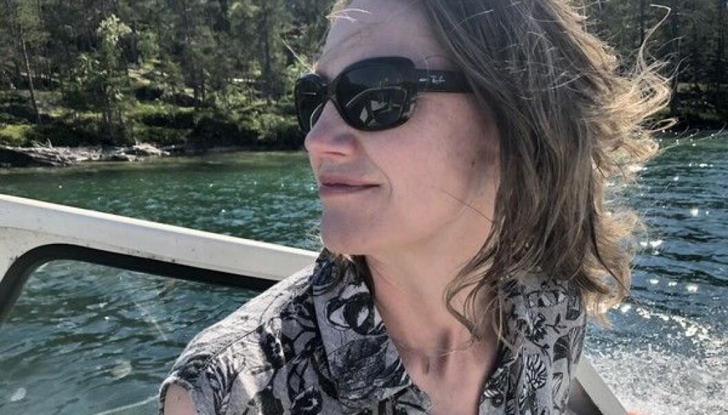 Charina Knutson under en båtfärd på Locknesjön. Foto från bloggen.