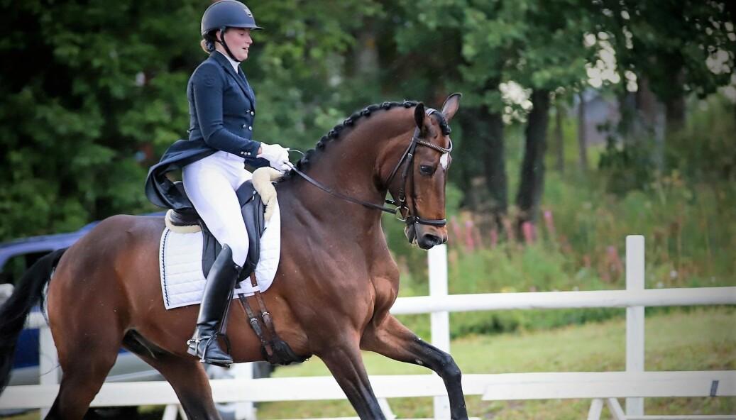 Madelen Toresson debuterade i klassen Intermédiaire I med sin häst Esparado. Madelen som vann förra söndagens tävling känner sig jättenöjd och satsar nu på nya mål. Foto: Karin Jönsson