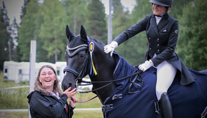 Helena Jensen ägare och uppfödare med sin häst Don Fahrenheit. På hästryggen Felicia Dalborg från Åsbygdens Ryttarförening, trefaldig vinnare i dressyrtävlingarna som anordnades av Strömsunds Ridklubb. Foto: Karin Jönsson