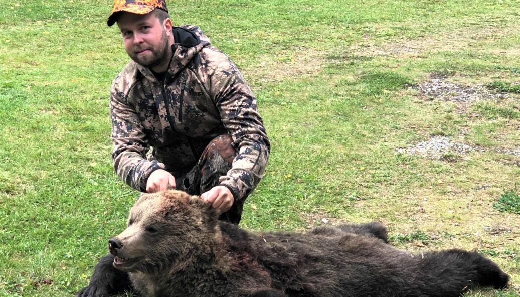 Alexander Andersson med en björnhona på 47 kilo. – Ikväll lär det bli en whisky, säger Alexander som ska göra korv av en del av köttet, en del ska jaktlaget få.