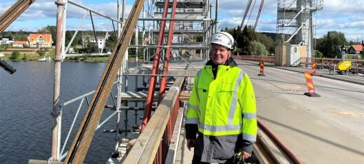 Kabelbytet på Strömsundsbron har startat: Bilister kör förbi avspärrningarna – utsätter arbetare för livsfara