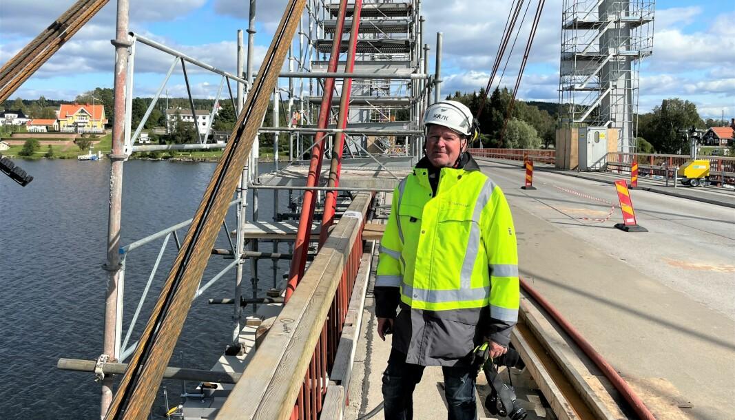 John Löfgren, kontaktperson på Trafikverket, säger att arbetet är oerhört komplicerat och aldrig utfört tidigare på Strömsundsbron. Att bilister försöker ta sig över bron när den är avstängd innebär en säkerhetsrisk och Trafikverket tittar på att sätta upp bommar.