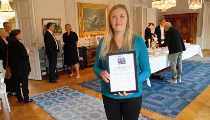 Andrea Skott Dahlgren som driver Nya Jonssons konditori och bageri i Funäsdalen tog emot sitt diplom innan tårtan väntade.