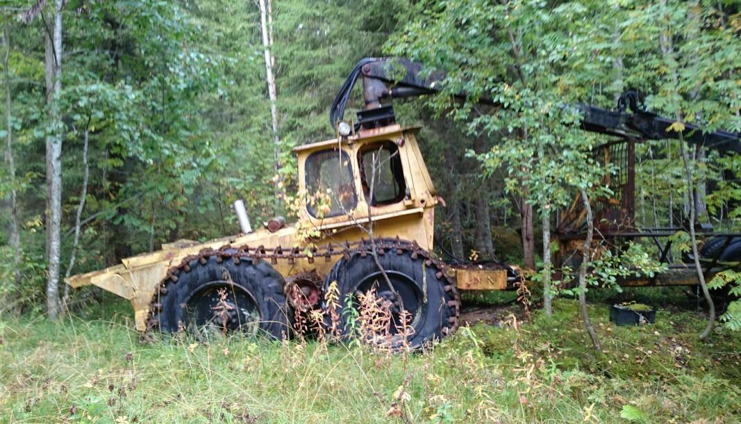 Partraktorn BMC-HSV 245. Övergivet samlarobjekt i jämtländsk skog. Byggd av komponenter från två lantbruksbrukstraktorer Nuffield 10/42 som monterats bredvid varandra.