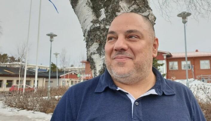 Mahmoud Addas är skolskjutshandläggare på Krokoms kommun. Han stängde av sin telefon dagen före skolstart så de föräldrar som inte fått besked om skoltaxi för sina barn kunde inte nå ansvarig på kommunen.