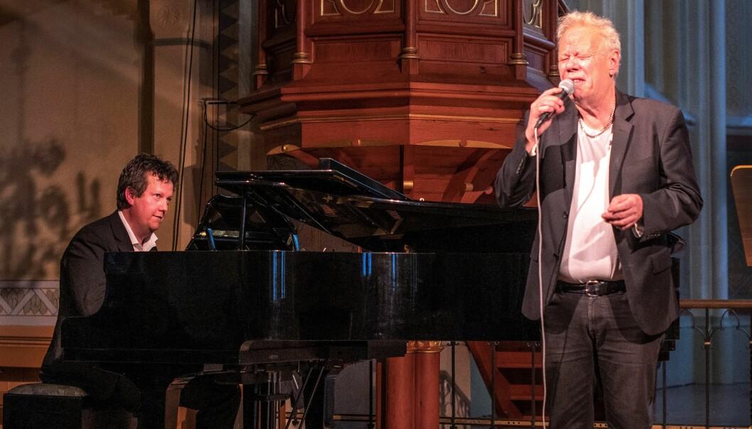 Publiksuccé när Staffan Löwenberg, sång och Anders Nilsson vid flygeln konserterade på torsdagen i en överfull Ovikens nya kyrka.
