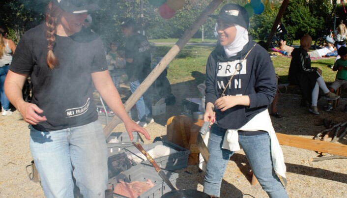 Annika Christensson och Hanin Mobarak i färd med att steka kolbullar.