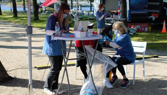 Sjuksköterskor utför vaccinering på plats.