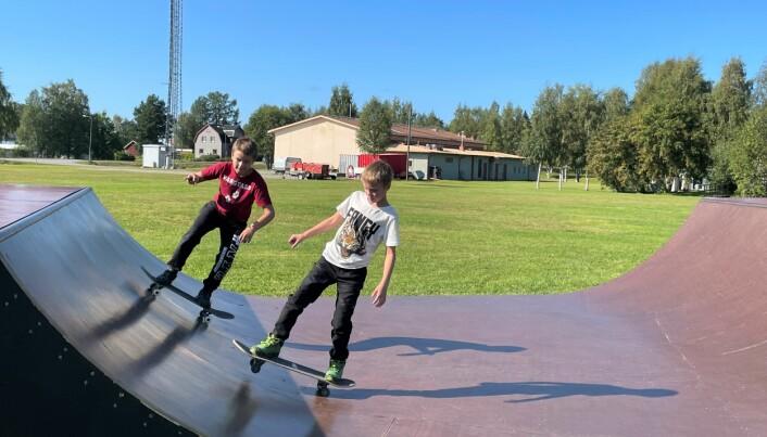 Bröderna Filip, 9 år, och Simon, 11 år, var svettiga av att provåka i skaterampen. – Det är viktigt att hålla balansen och vara mjuk i knäna, berättar Filip som tyckte att det var jättesvårt med roligt att åka skateboard.