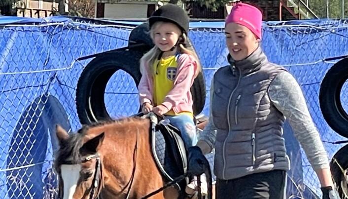 Hedda, 4 år, är en av många besökare som hälsade på hästarna som Strömsunds Ridklubb hade tagit med sig till Idrottens prova-på-dag.