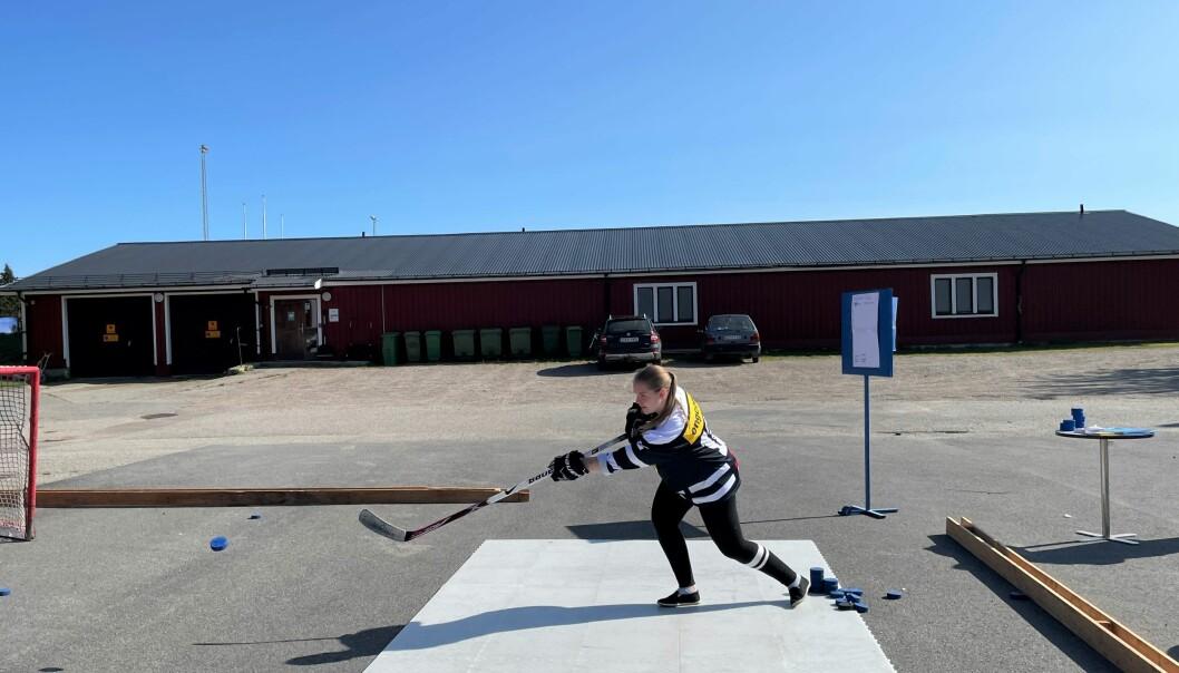 Sandra Örjebo från IFK Strömsund ishockeysektions A-lag demonstrerar skjutteknik på Idrottens prova-på-dag i Strömsund. – Ishockey är världens roligaste och bästa sport, säger Sandra.