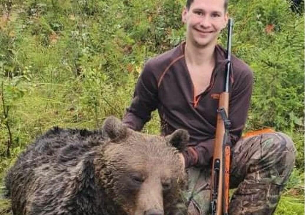 Mitt i all chock var Daniel väldigt glad över att ha fällt sin första björn. Det blev några snabba bilder innan det bär av till sjukvården. Foto: Daniel Blomqvist