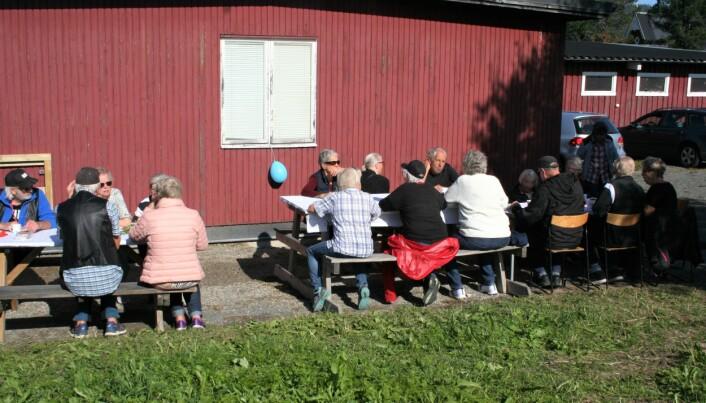 Många besökare kom till invigningen där man bland annat bjöds på fika i solskenet.