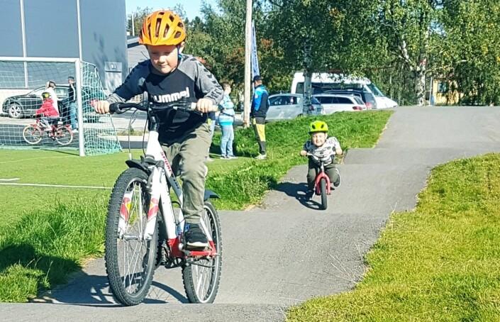 Erik Undin, snart 7 år och hans lillebror Arvid Undin 3 år gillade pumptracken.