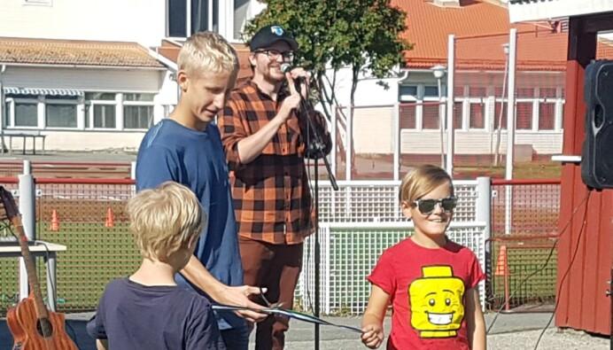 Axel Eriksson, ordförande i Myrvikens Skol IF invigde med att klippa av ett symboliskt band