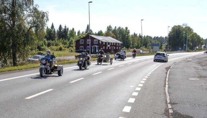 Efter någon timme i Åsarna drog följet vidare till Jan Kårviks verkstad i Svenstavik. I täten kör Jan på en polismålad HD Servi-car GE från 1966.