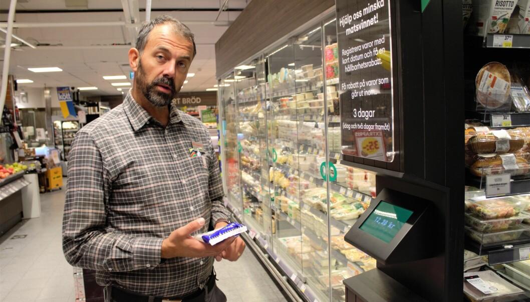 Magnus Bardosen förevisar den nya maskinen som redan är i funktion och utplacerad i butiken.
