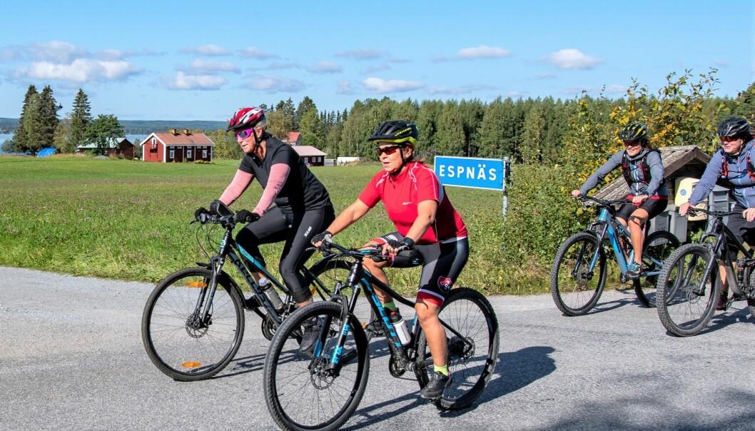 Malin och Anna-Karin cyklar i vykortsväder förbi Espnäs. Nu är det fyra mil kvar till målet vid Ångsta skola.