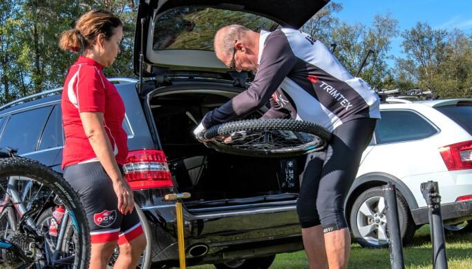 – Att inte cykla hade inte varit ett alternativ. Om Linda inte haft rätt dimension hade jag fått ordna det på något annat sätt, säger Anna-Karin när cykelkompisen Christer Höglin hjälper till med bytet av däcket.