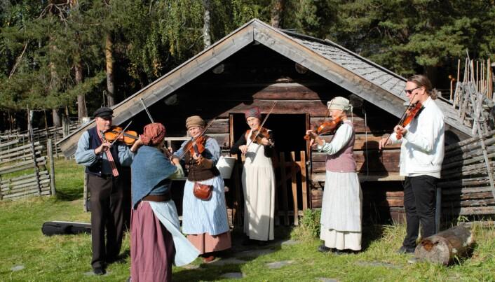 Stilenlig musik utövades vid fäboden.