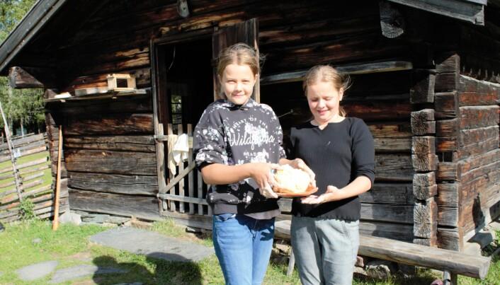 Ingrid Jespersen och Hedda Tanghöj visar nöjda det smör de tillverkat.