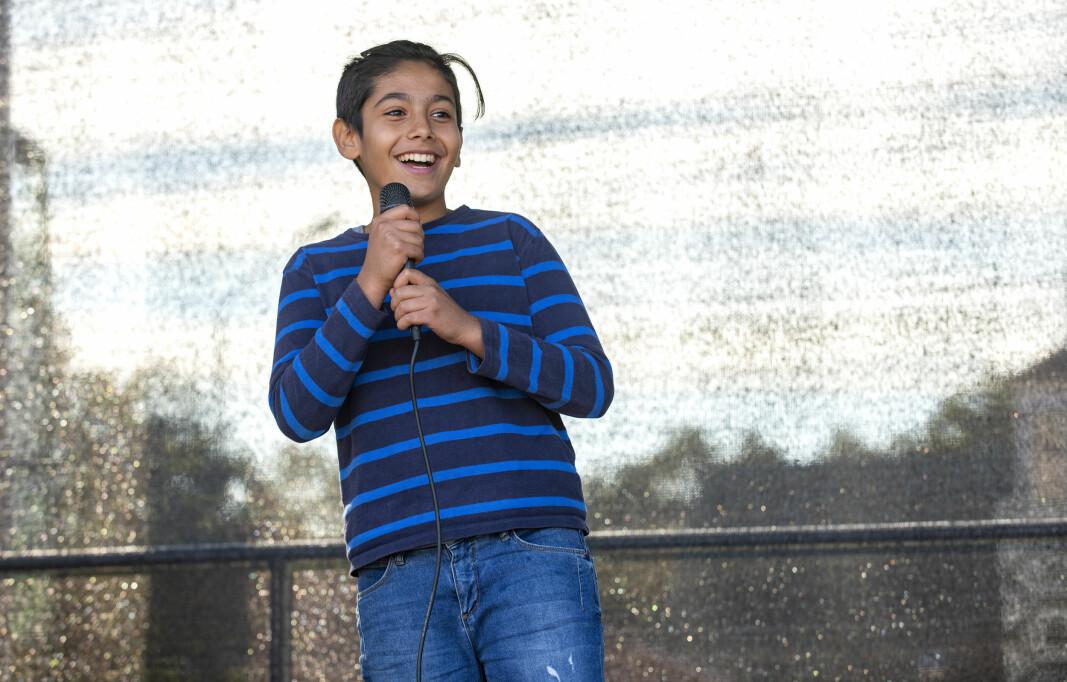 """Årets segrare i Småstjärnorna Hassan Abokanar, 12 år från Svenstavik. Han var helt klart gladast på scenen men framförde en riktigt dyster låt, """"SAD!"""". Hans utstrålning gick hem hos juryn. – Jag har aldrig stått på en scen men kommer gärna tillbaka nästa år, sa Hassan när han efteråt hyllades och vännerna och fansen."""