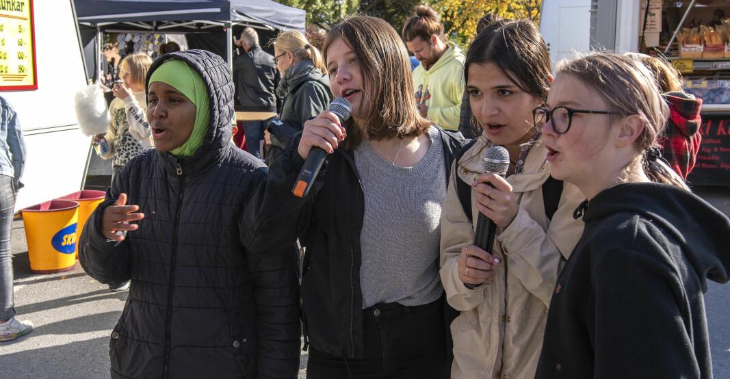 """Ett kompisgäng sjöng karaoke vid Staffan Löwenbergs Karaokebuss. Justin Biebers """"Boyfriend"""" ljöd i högtalarna, och tjejerna var nöjda med årets sånginsats."""