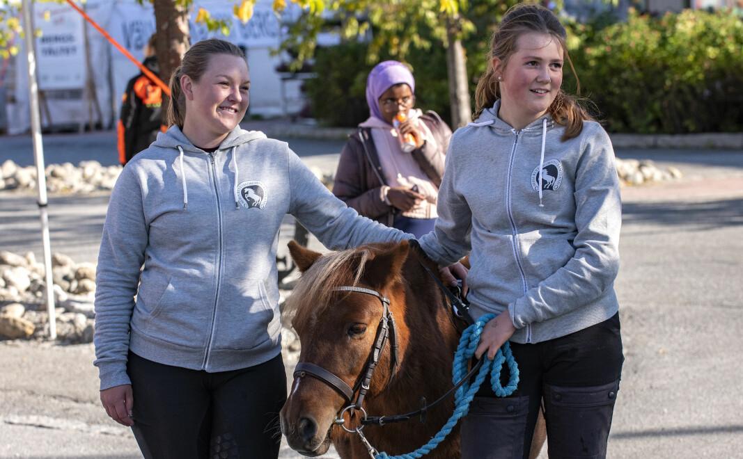 Ebba Seger, shetlandsponnyn Nelly och EA Lucia Jonserud Esbjörnsson från Bergs Ryttarförening ordnade med ponnyridning under Älghälga.