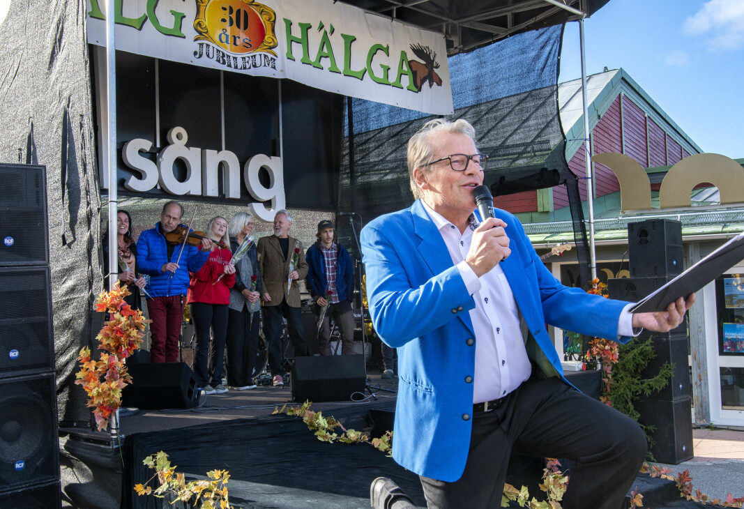 """Ingen Älghälga utan Allsång. Kurt """"Berghagen"""" Johnsson i sitt esse och de medverkande artisterna och musikerna i bakgrunden."""